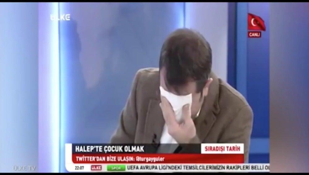 Frame 44.349216 de: Un periodista turco se echa a llorar en televisión tras ver las duras imágenes de un niño operado sin anestesia en Siria