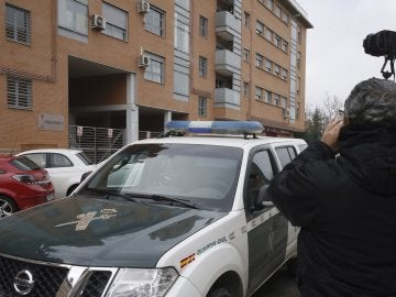 Portal de la vivienda donde ha sido asesinada una mujer en Rivas