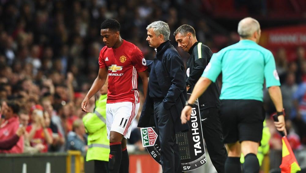 Mourinho da una palmada a Martial tras cambiarle durante un encuentro