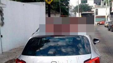 Cabezas sobre un vehículo en Acapulco