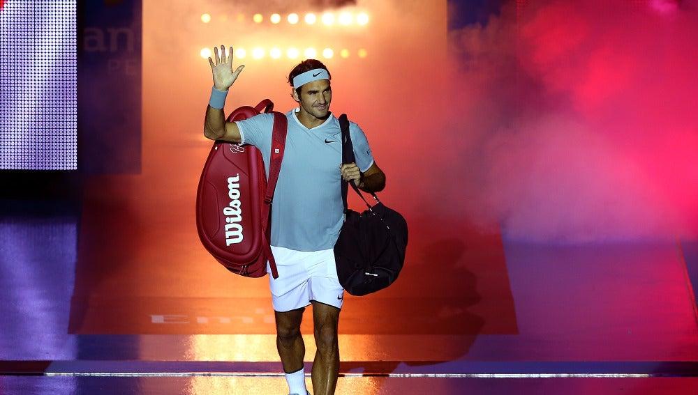Roger Federer saluda a los aficionados en su vuelta a las pistas