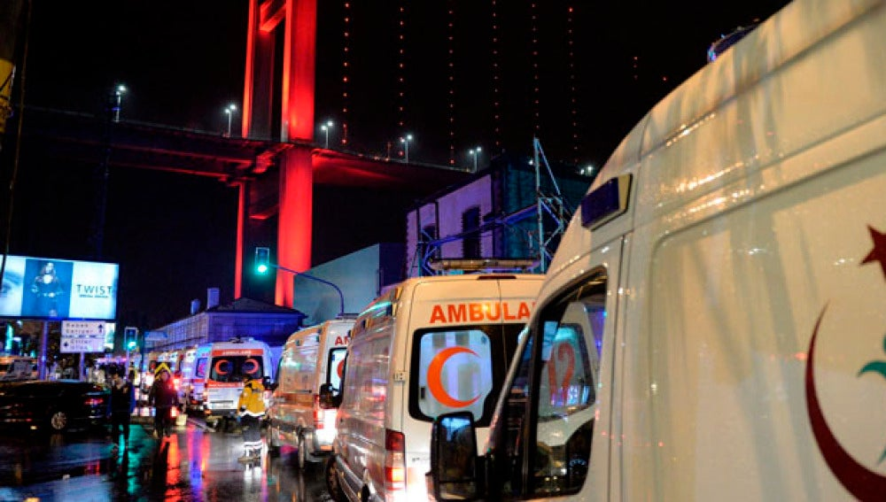 Despliegue de ambulancias en el lugar del ataque de Estambul