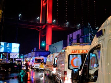 Despliegue de ambulancias en el lugar del ataque de Estambul
