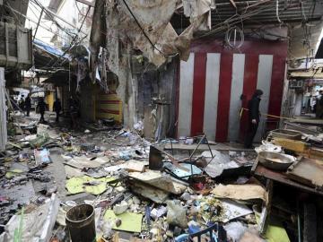 Varios iraquíes inspeccionan el lugar del atentado