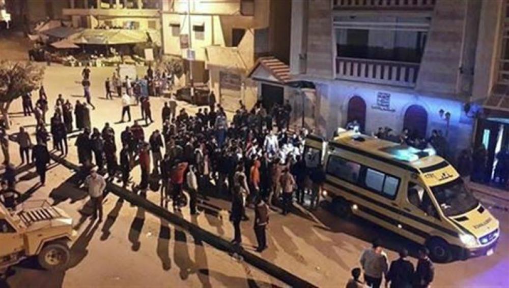 Médicos y curiosos se congregan en el lugar de un atentado registrado hace un año en Arish, capital del Sinaí en Egipto