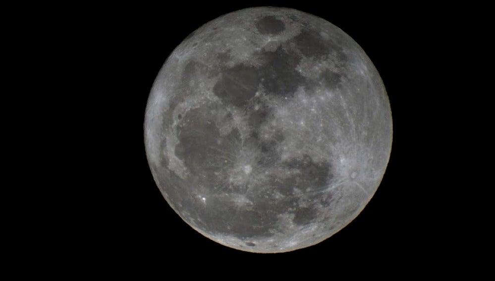 Luna llena fotografiada en el Puerto de Sagunto (Valencia).