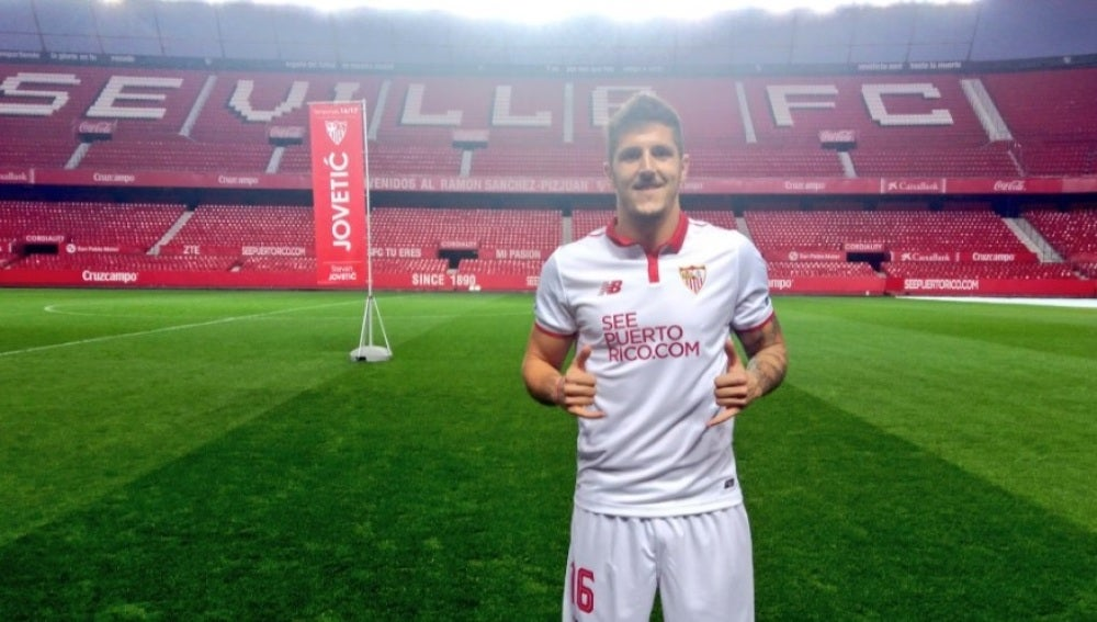 Stevan Jovetic posa con la camiseta del Sevilla