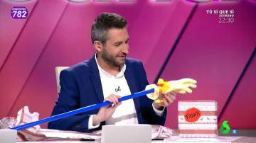 Frank Blanco abre su regalo de amigo invisible