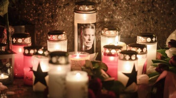 Una vela con una foto del cantante David Bowie