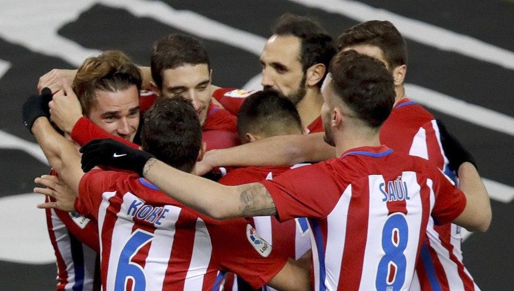 Griezmann es felicitado tras abrir el marcador ante Las Palmas