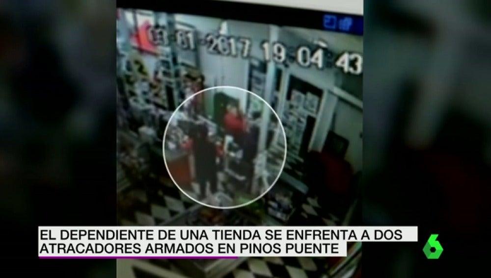 Frame 8.527898 de: El dependiente de una tienda se enfrenta a dos atracadores armados en Granada, evitando así el robo