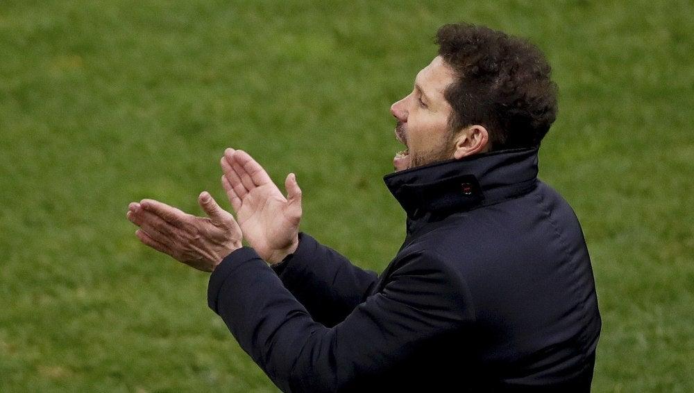 Simeone anima a sus jugadores en la banda del Vicente Calderón