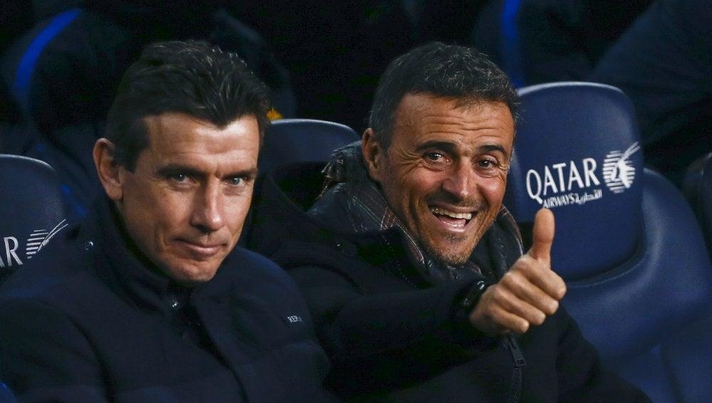 Luis Enrique, en el banquillo del Camp Nou junto a Unzué