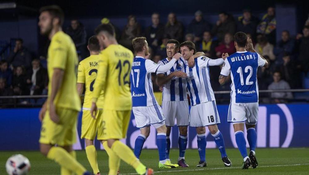 El delantero de la Real Sociedad Mikel Oyarzabal celebra con sus compañeros el gol marcado.