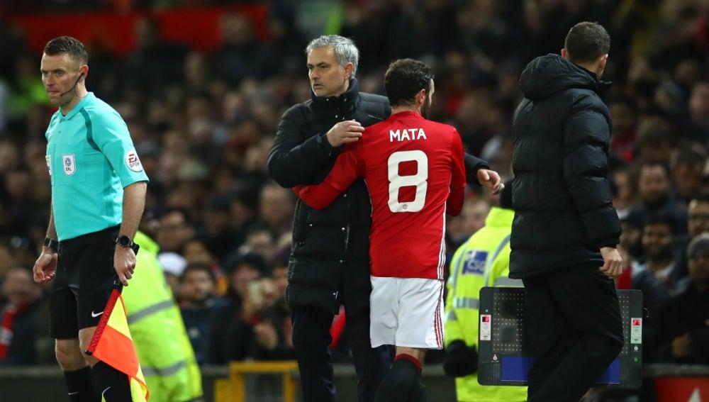 Mourinho saluda a Juan Mata