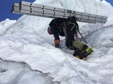Alex Txikon, en plena ascensión al Everest
