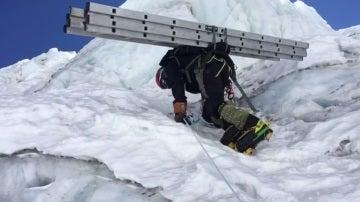 Alex Txikon, en plena ascensión al Everest