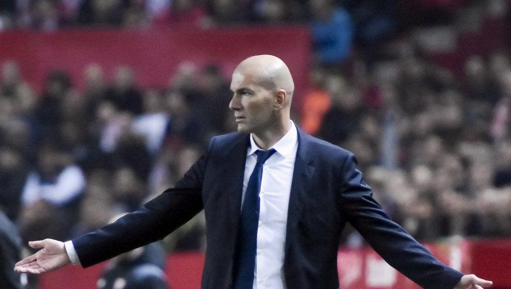 Zinedine Zidane, en la banda del Pizjuán