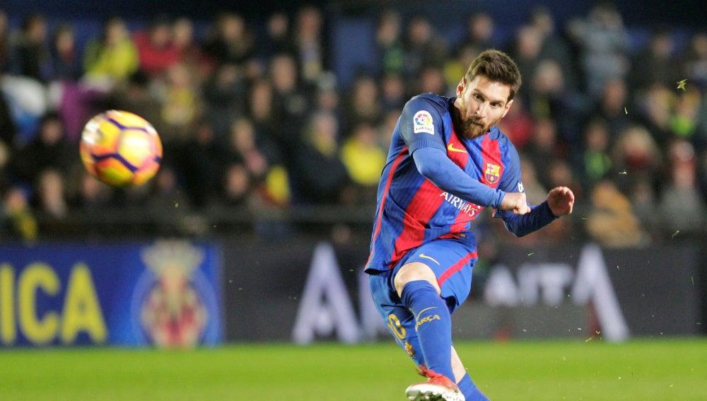 Messi lanza una falta en un partido con el Barcelona