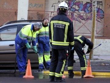 Los bomberos durante el rescate del feto