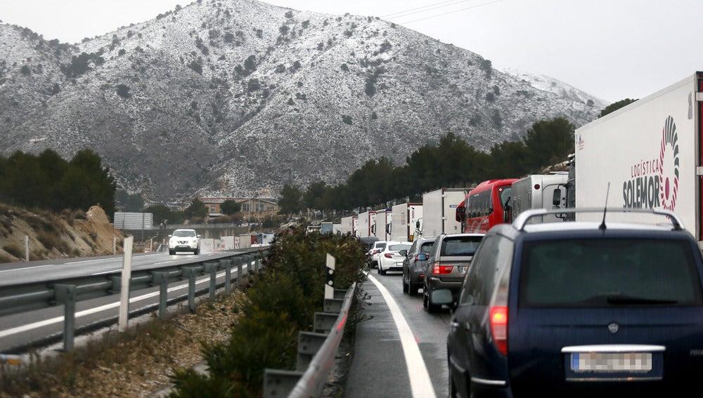 Las intensas nevadas han provocado cortes de tráfico en la autovía A-31