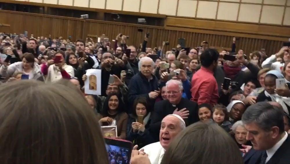 El Papa Francisco recibe una bufanda del Sevilla