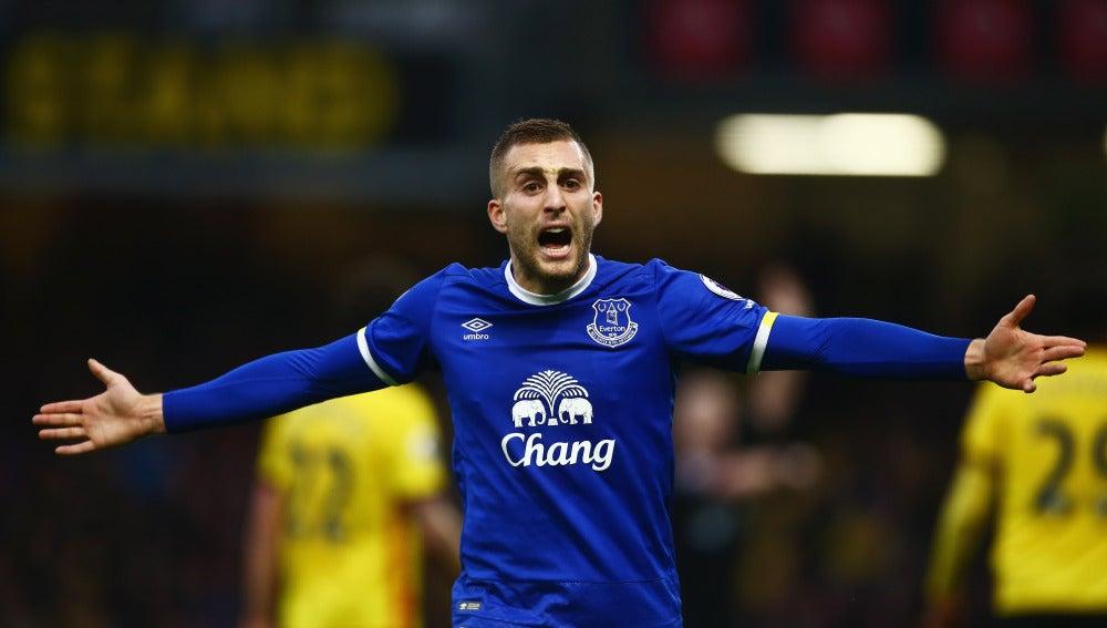 Gerard Deulofeu protesta una acción en un partido con el Everton