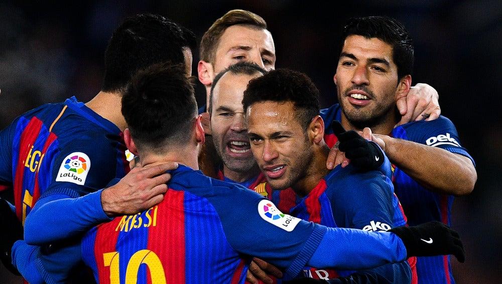 Neymar celebra su gol junto a sus compañeros