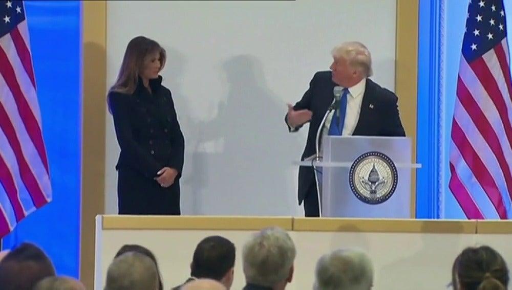 Frame 7.414383 de: Polémica por el mal gesto con el que Donald Trump 'obliga' a Melania a hablar en público