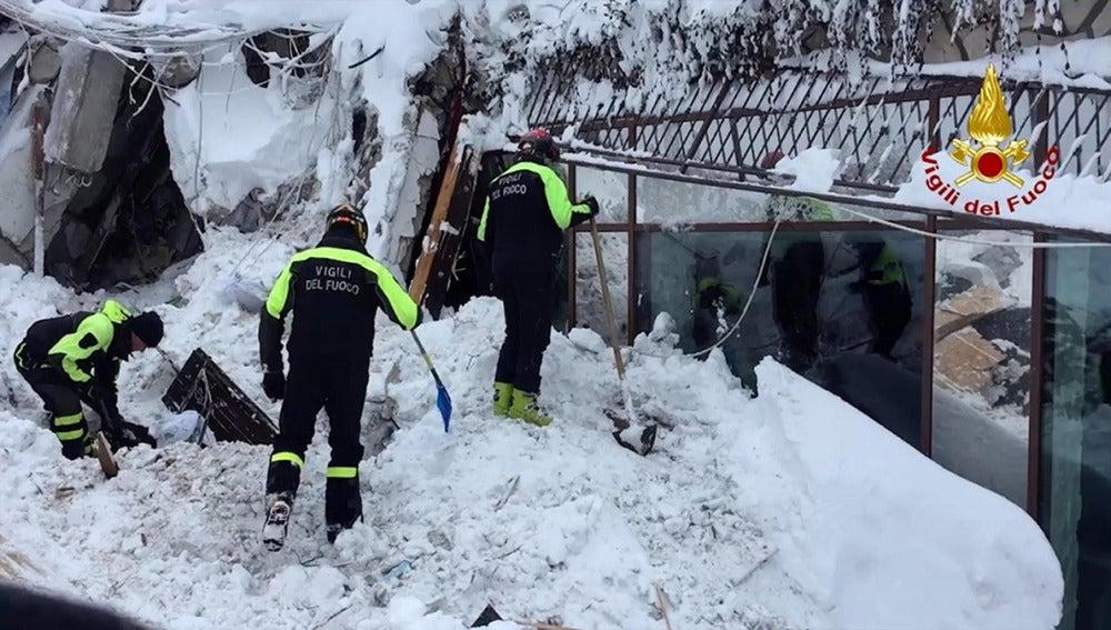 Equipos de rescate en el hotel sepultado bajo la nieve en Italia