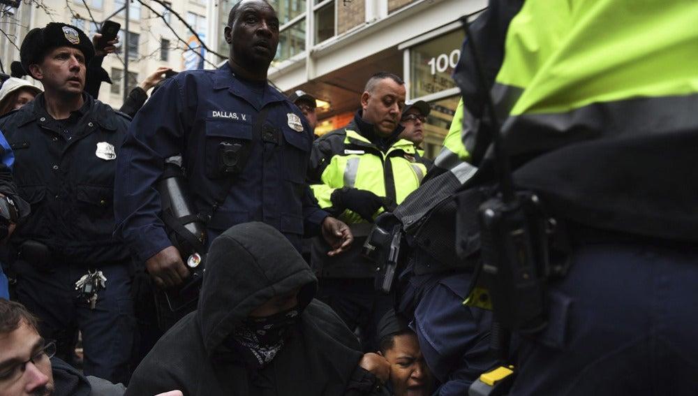 La Policía carga contra manifestantes antiTrump
