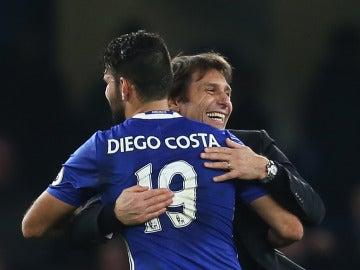 Diego Costa y Antonio Conte se abrazan después de un partido del Chelsea