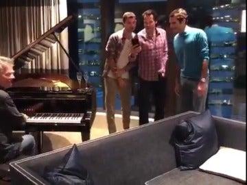 Roger Federer con Haas y Dimitrov cantando