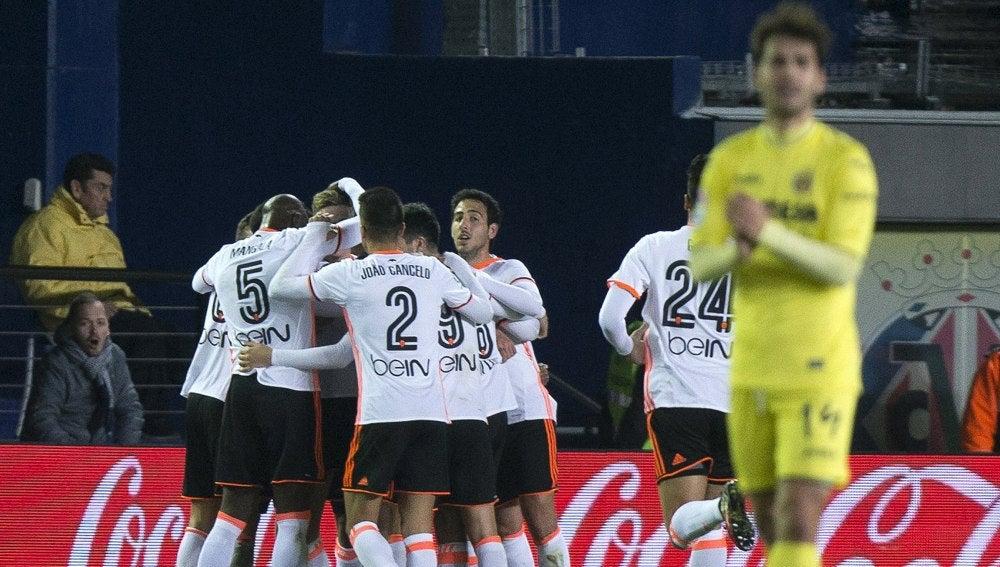 Los jugadores del Valencia celebran uno de sus goles contra el Villarreal