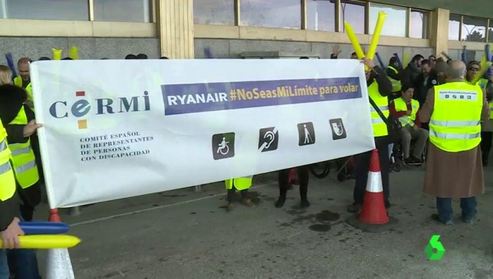Frame 10.331878 de: Protesta multitudinaria en Barajas por el supuesto trato discriminatorio que mantiene Ryanair con los discapacitados