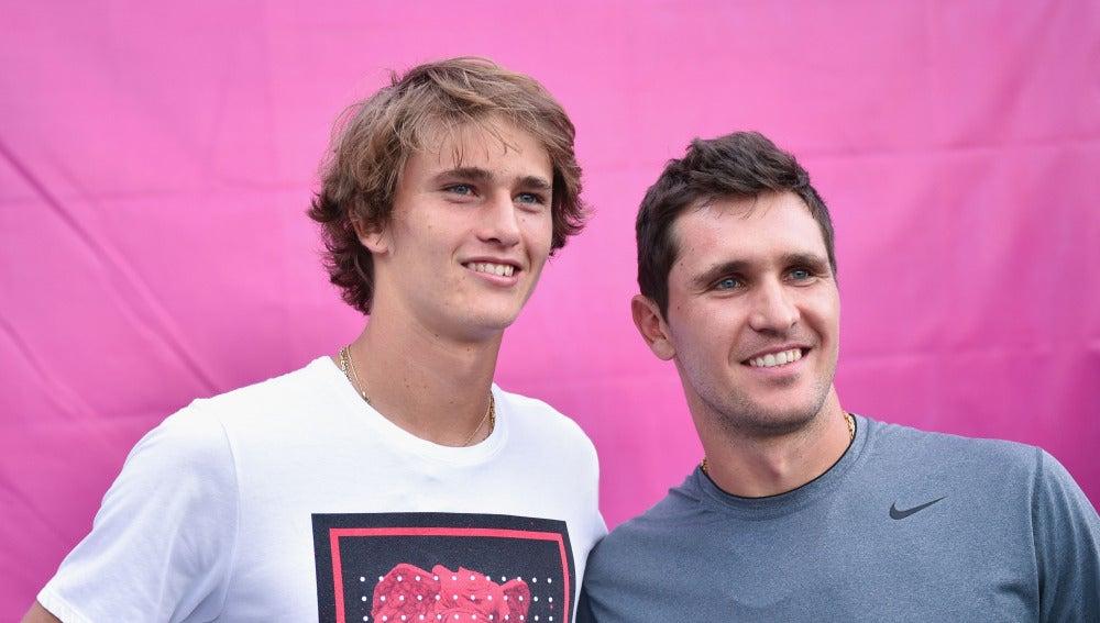 Alexander y Mischa Zverev posan para una foto