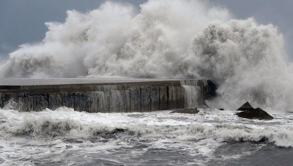 Oleaje en la playa de la Barceloneta. El temporal marítimo que afecta al litoral catalán ha dejado en las últimas horas olas de hasta 8 metros de altura en Barcelona y ha causado algunos daños en algunas playas