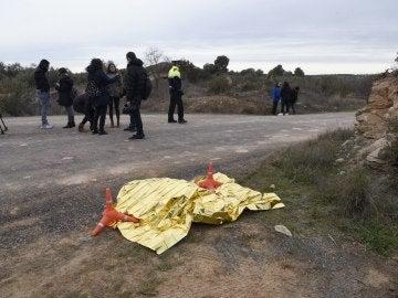 La ropa del detenido tapada al borde de una carretera, en las inmediaciones del lugar