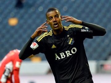 Alexander Isak, durante un partido con el AIK