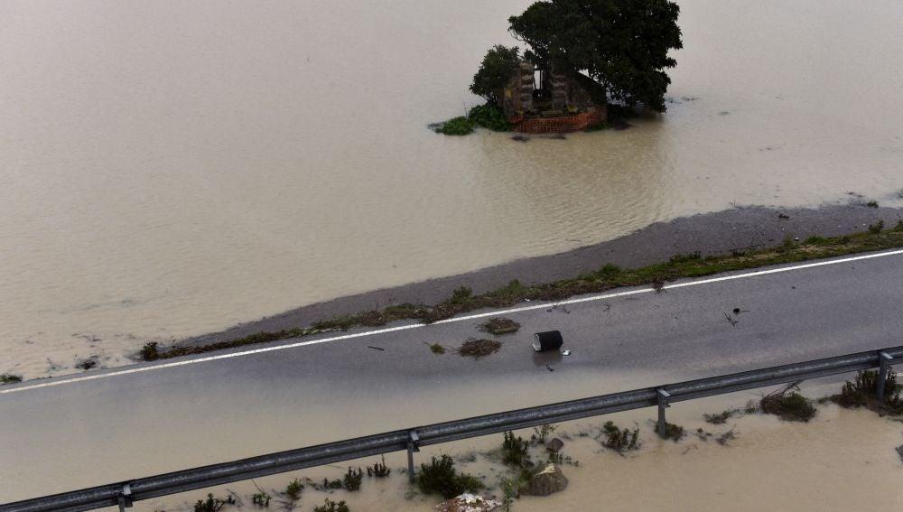 Campos y una carretera inundados en el municipio de Montuiri (Mallorca) que ha quedado incomunicado debido a las fuertes lluvias en la isla