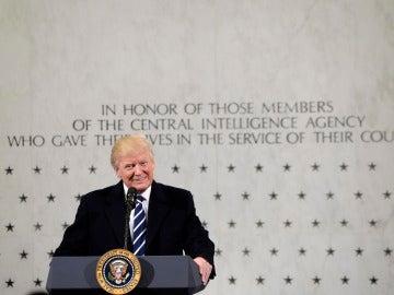 El nuevo presidente de Estados Unidos, Donald Trump, quiso hacer las paces hoy con los servicios de inteligencia con su visita a la CIA