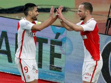 Germain celebrando su gol con Falcao