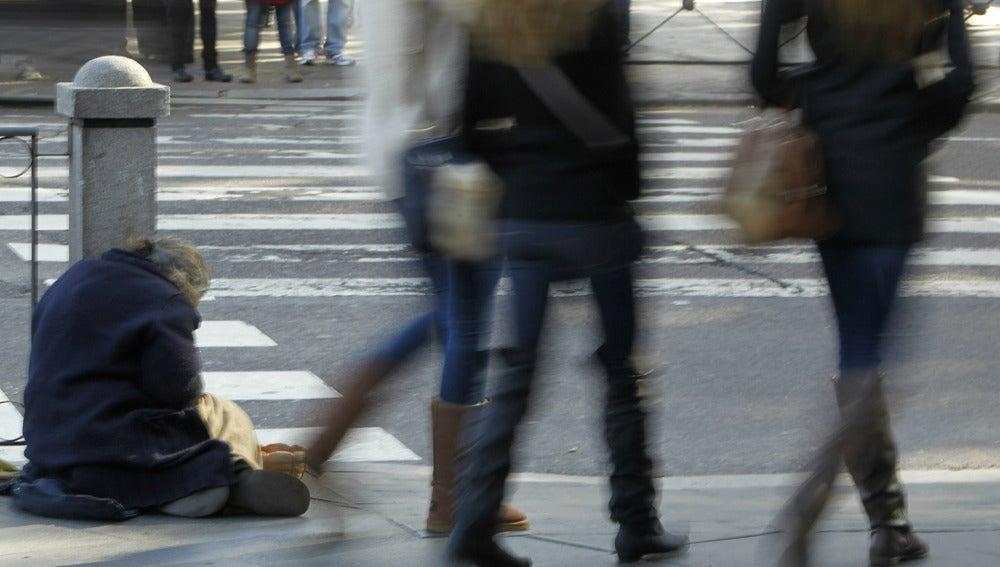 Una persona pidiendo limosna en la calle