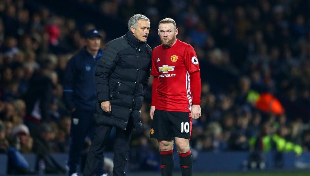 Rooney recibe órdenes de Mourinho