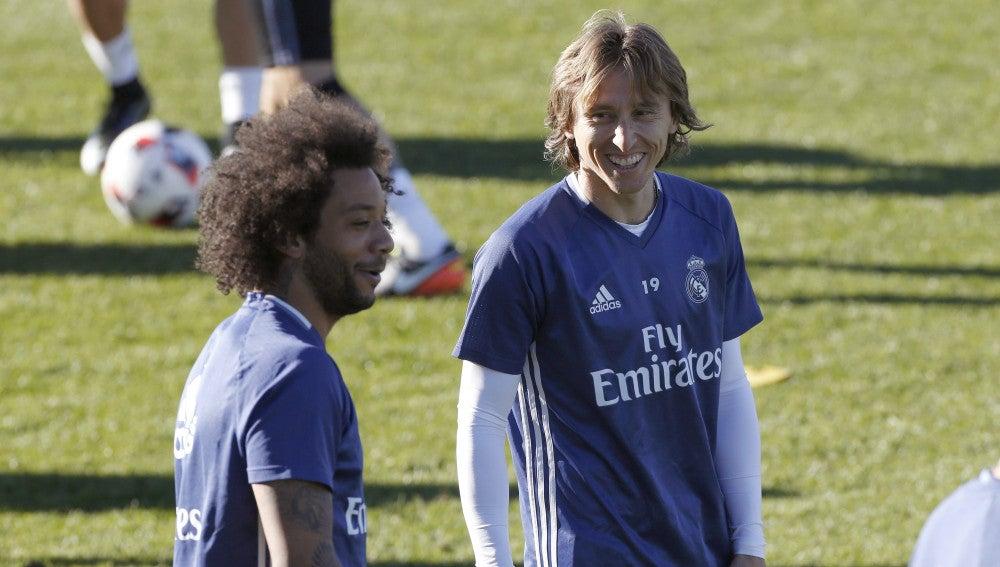 Marcelo y Modric sonríen durante un entrenamiento con el Real Madrid