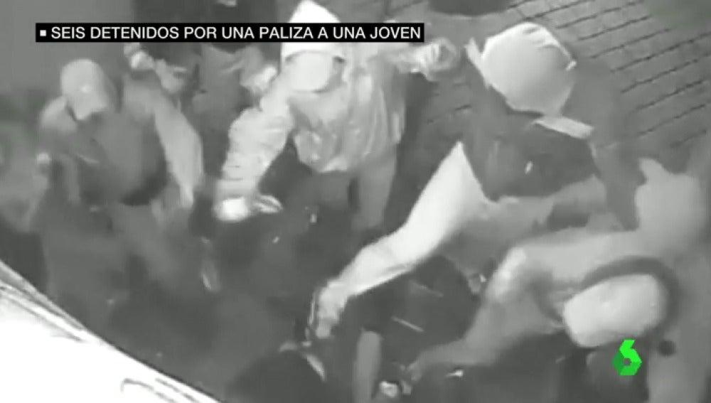 Frame 10.384256 de: Sola y sin ayuda, la impactantes imágenes de la brutal paliza a una joven en Murcia