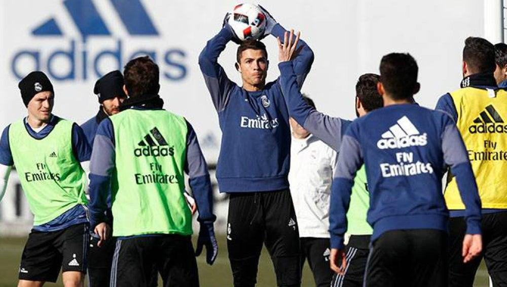 Cristiano Ronaldo lanza el balón en un entrenamiento del Madrid