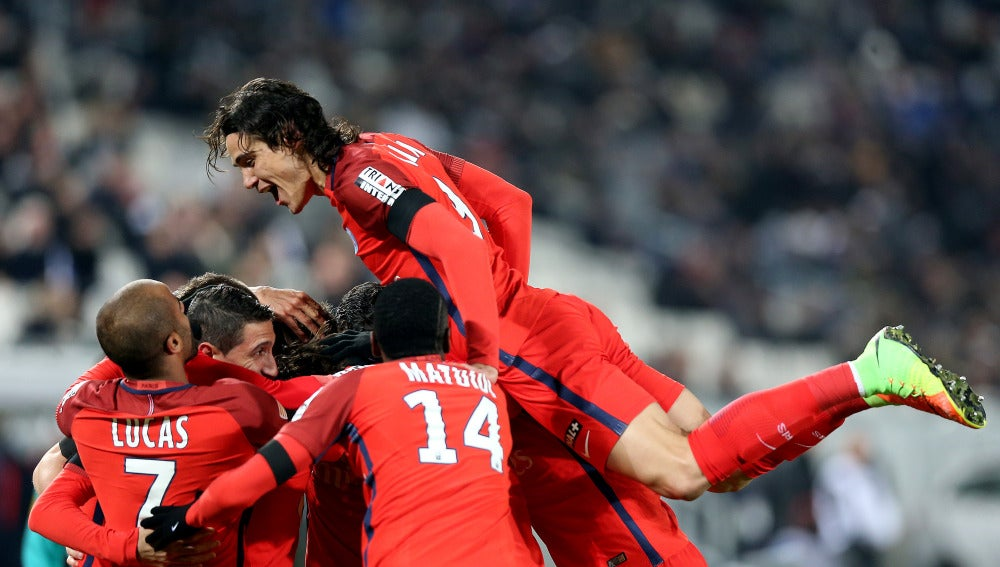 Edison Cavani celebra un gol con sus compañeros