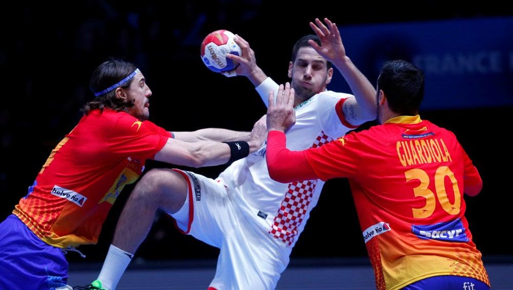 Guardiola defiende una acción ante un atacante croata