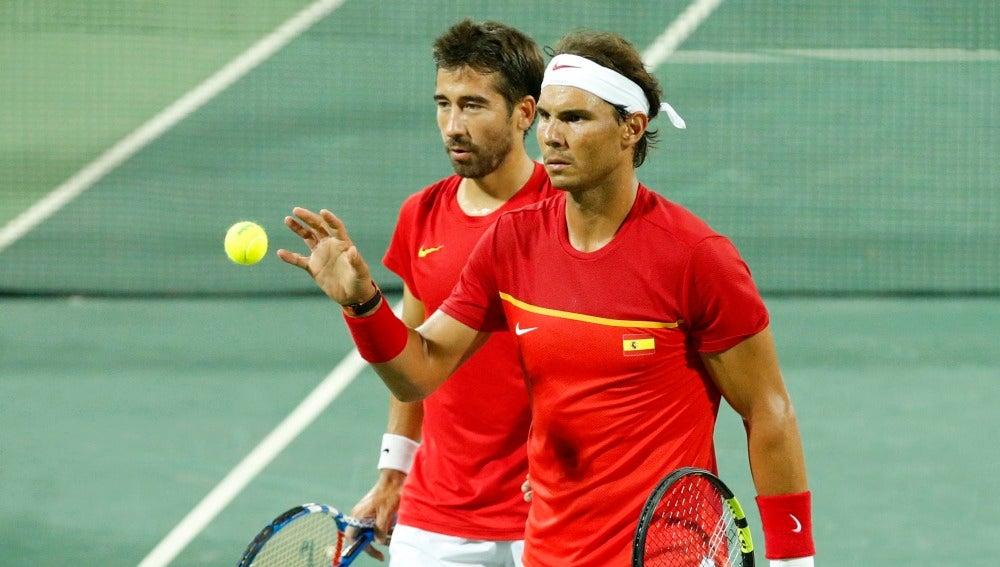Nadal y Marc López, mientras disputan un partido con España
